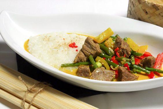 Für mein Rindfleisch-Curry mit Kokosmilch Rezept hab ich grüne Bohnen, Paprikaschoten und Frühlingszwiebeln verwendet. Wunderbar cremig-scharf.