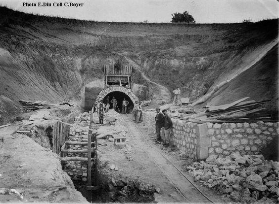 Des ouvriers sur un chantier de chemin de fer.