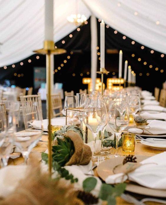Wusstet ihr eigentlich wie unglaublich schön eine Hochzeitsfeier im Zelt sein kann?  Wir haben euch deshalb mal die schönsten Zelte für eure Feier herausgesucht – ihr werdet erstaunt sein, was alles möglich ist 😍   Credits Instagram Post: @weddingstyle Repost @weddingandeventsfd Foto: @gasp_photo_co Blumen: @weddingandeventsfd