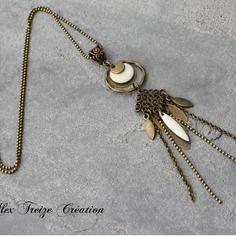Bijou créateur , sautoir chaîne bronze intercalaires estampe et anneaux antiques pampilles chaînes plumes et sequins