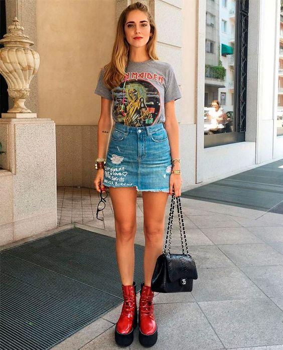 Chiara Ferragno coordenou a graphic tee com um bom coturno vermelho e a saia jeans? O resultado é um rocker cool.