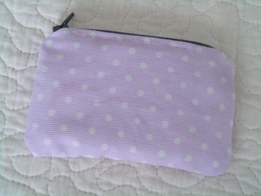 Monedero en tela de piqué con cremallera, forrado por dentro, tamaño billetera.Muy práctico tambien para guardar tarjetas.