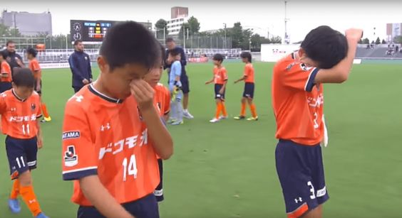 Spanish Kids Comfort Japanese Kids They Destroyed In Soccer Because Sometimes Humanity Is Ok Japanese Kids Spanish Kids Kids Hugging