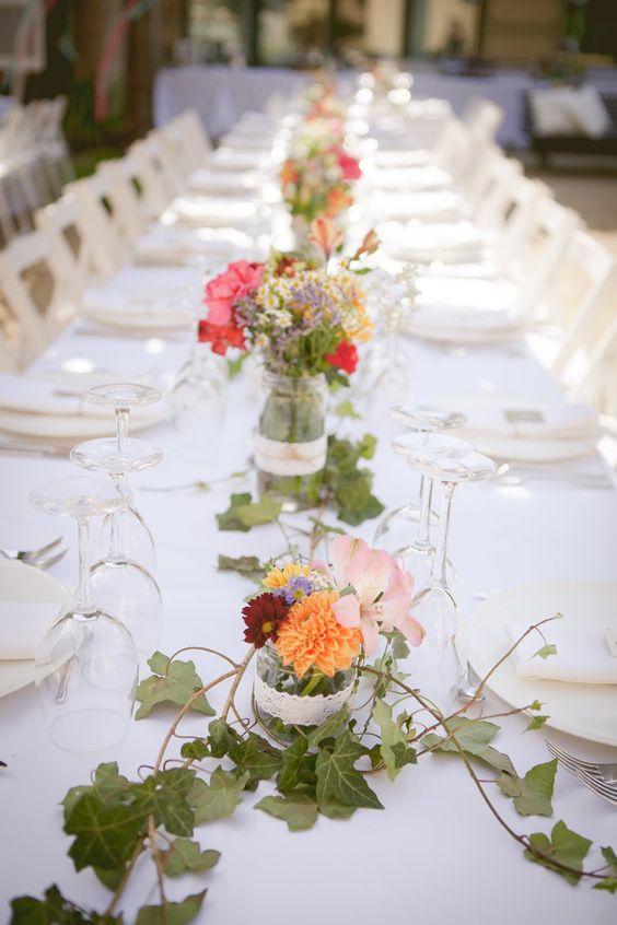 Centros de mesa para boda con hiedra y tarros de cristal for Mesas de cristal para bodas