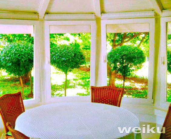 Varias janelas oscilobatentes para compor um pavilhão / área de festa.