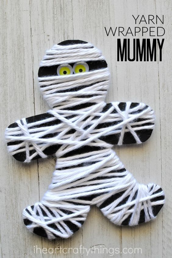 This yarn wrapped mummy craft is perfect for little ones for a fine motor activity. It makes a great Halloween kids craft too.: