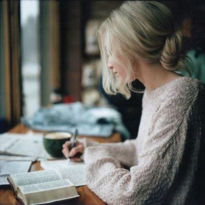 """""""Garabateé una espiral en las páginas de mi libro y la mina del lápiz se escuchó en la habitación como si fuésemos gatos en alerta."""":"""