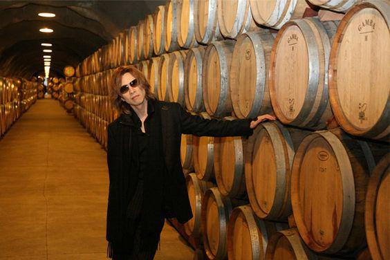 ワイン樽の並んだ倉庫になかに立っているXJAPAN・YOSHIKIの画像