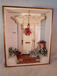 Die Zimmer-Box ist Nussbaum auf der Innenseite Außen und ganz weiß gefärbt. Das Anschlussgleis ist weiß die vorderen kolonialen Art-Tür ist weiß. Schnee auf dem Boden, Pflanzen und über der Tür ist weiß. Der Schlitten, Pointsetta, Kranz und Büsche geben erscheint der Urlaub Farbe.