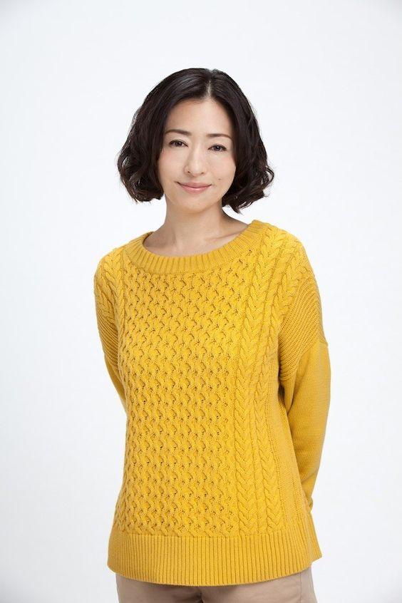 黄色ニットの松雪泰子
