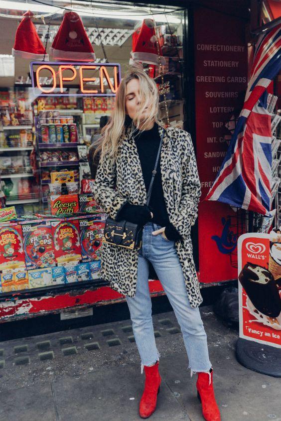 street style / bota vermelha / casaco de oncinha / jeans podrinho / cabelo loiro