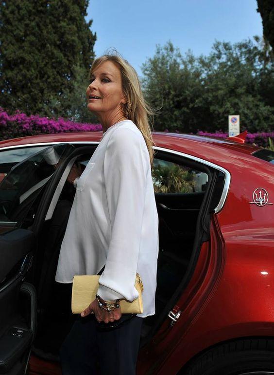 The arrival of Bo Derek in a Maserati Ghibli Rosso Energia
