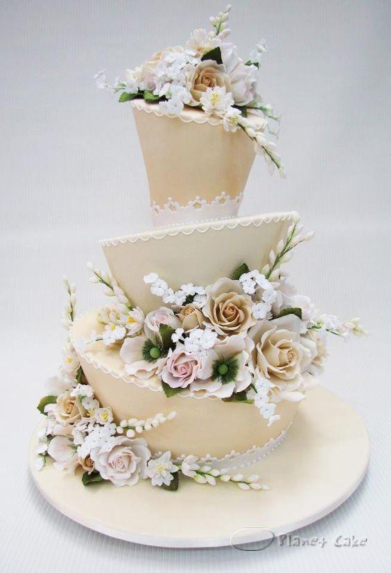 Bolo para casamento em camadas inclinadas. #bolo #bolodecorado #cake