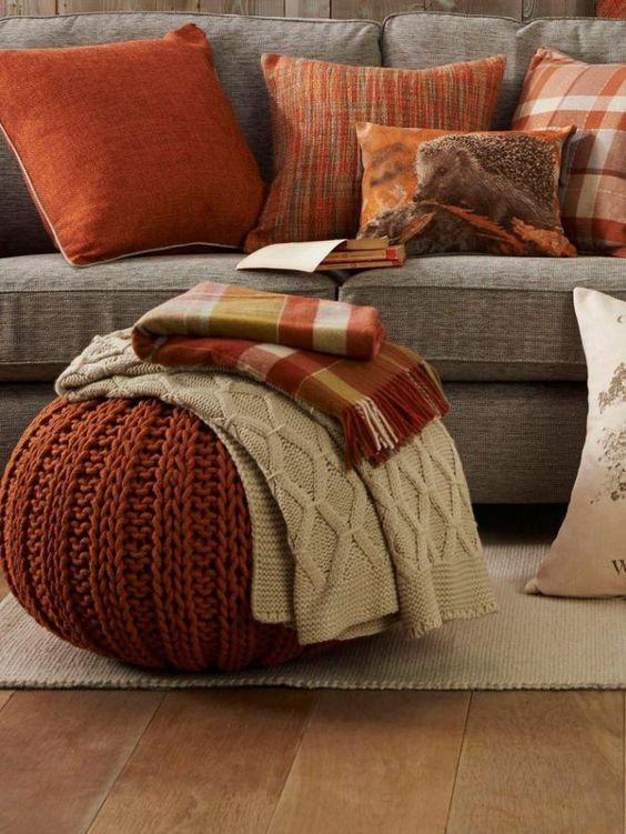 tissu écossais, pouf orange tricoté et sofa beige
