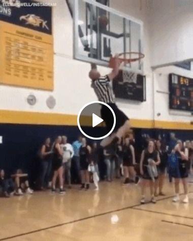 Juiz pega a bola de basquete de maneira inusitada