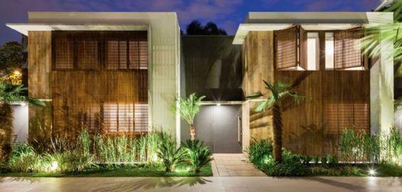 Em condomínio horizontal de casas geminadas em São Paulo, a privacidade é garantida por muxarabiês de madeira, que se sobressaem na composição arquitetônica | aU - Arquitetura e Urbanismo: