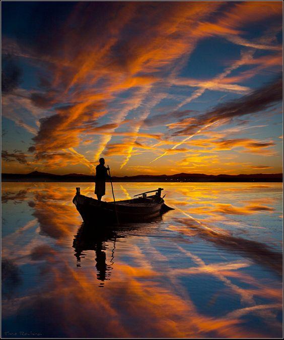 Resultado de imagen para barcas al horizonte rojo
