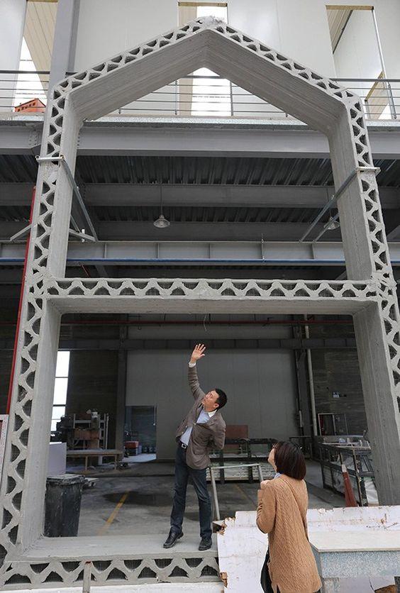 """a BIG 3D printer to build 200 houses per day... mind blowing ! Utilisant une énorme imprimante 3D (32 mètres de long sur 10 de largeur et 7 de hauteur), l'entreprise a donc imprimé chaque structure (murs, sols, etc.) séparément pour créer 10 maisons de 200 m² chacune à un prix défiant toute concurrence puisque à moins de 5000 $ ! """"L'encre"""" utilisée est un mélange de débris de construction et de déchets industriels permettant une excellente tenue du produit final à un coût minimal."""