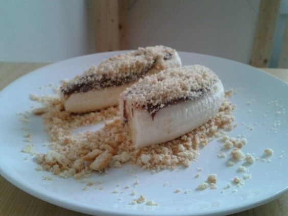 Banana with nutella and powder of biscuits
