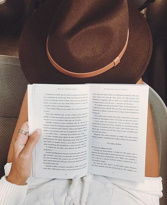 Dica de leitura do dia: Bom dia, Espírito Santo. Livro maravilhoso. To devorando. O chapéu fedora é da Chapeu e Estilo. Instagram: @viihrocha