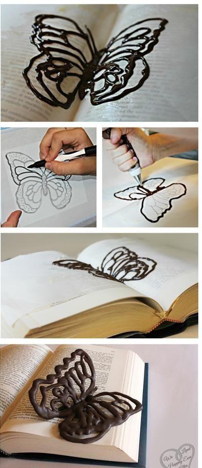 Wat een super leuk idee! Maak zelf figuren van chocolade met een chocoladestift. Bijvoorbeeld dit leuke vlindertje. Leuk om het dessert mee te decoreren of om zo lekker op te snoepen!:
