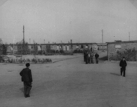 Vista do campo de deslocados-de-guerra em Zeilsheim. Zeilsheim, Alemanha, 1945.