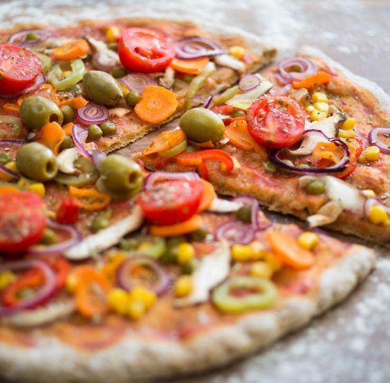Pizza (Tortilla) mit Tomaten, Oliven, Mais, Zwiebeln, Kapern und Champignons
