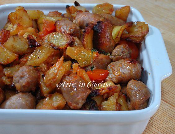 Patate con salsicce al forno, ricetta semplice e ottima per la cena, un piatto unico arricchito dal pomodoro e erbette, facile e veloce, ricetta veloce
