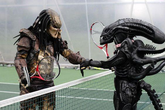 テニスをするプレデター