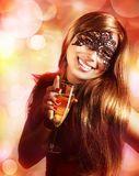 Mulher Na Máscara Do Carnaval E Em Um Vinho Vermelho. - Baixe conteúdos de Alta Qualidade entre mais de 47 Milhões de Fotos de Stock, Imagens e Vectores. Registe-se GRATUITAMENTE hoje. Imagem: 23127611