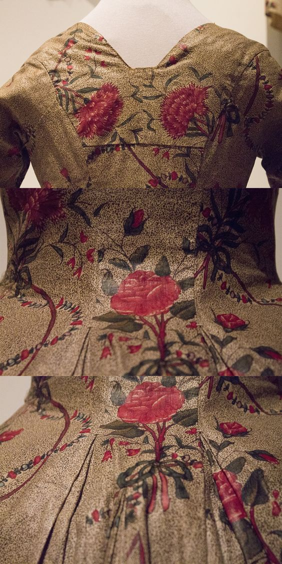 Chintz jacket, roses on a spotted ground (Fabric India, 1775-1790). Lovely pleats in the back, and a very low front. You can see the ground is made with tiny little dots instead of a full color. Collection page: https://www.modemuze.nl/collecties/sitsen-vrouwenjak-met-motieven-op-beige-grond-en-contouren-zwart-en-rood-0
