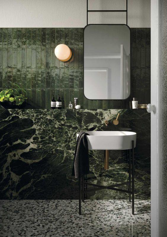 Fascineras du av många olika mönster? Här ser du hur man kan kombinera grön marmorliknande klinker med ett terrazzogolv och stående avlånga gröna kakelplattor. Allt genom att hålla sig inom samma grön-ton.