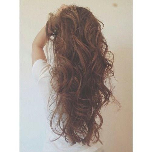 Cheveux longs coiffure belle et bouclé long brune