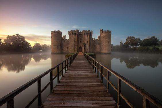 Château de Bodiam - East Sussex - Angleterre - Digne des plus grands contes de fées, le château de Bodiam a été construit au XIVème siècle pour lutter contre une probable invasion Française (qui n'a jamais eût lieu). Définitivement abandonné, il est ouvert au public.
