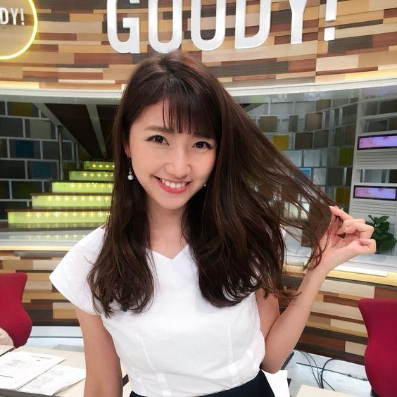 グッディ!のスタジオで今日のヘアスタイルを披露している三田友梨佳アナの画像