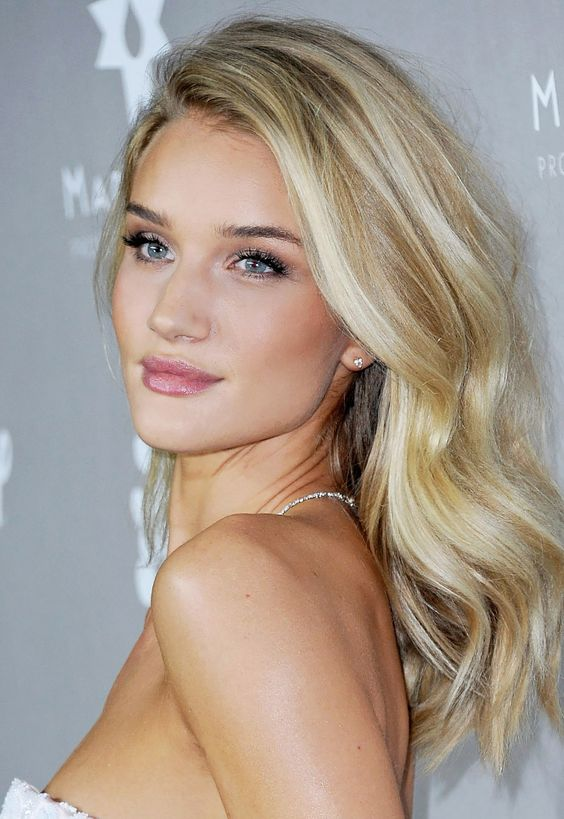 Rosie Huntington-Whiteley's natural and fresh makeup look with neutral lips: