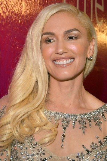 OMG. How different does Gwen Stefani look without her signature red lipstick and golden eye shadow??