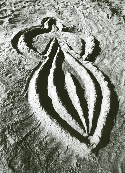 ANA MENDIETA Untitled (aus der Serie Sandwoman), 1983 S/W-Fotografie (Vintage Print) 20 x 25 cm Auflage 12 Dokumentation einer Sandarbeit in Cape Cod Courtesy Barbara Gross Galerie, MŸnchen