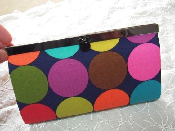 直線口金の長財布です。大胆なドットにモダンでレトロな雰囲気を感じます。地色が紺色なところが素敵だと思います(^^)/良い意味でのインパクトがあります☆お財布の...|ハンドメイド、手作り、手仕事品の通販・販売・購入ならCreema。
