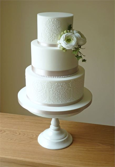 This wedding cake is simple but seriously stylish.