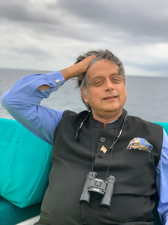 The Usage of Word 'Kerfuffle' by Shashi Tharoor While Sharing Vacation Pics, Creates a Stir on Twitter