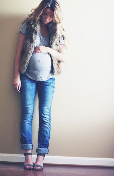 chic maternity style - love the fur vest.