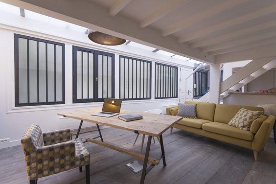 """fenêtre """"atelier d'artiste"""" avec ces menuiseries bois imitant les verrières. Le petit plus : une peinture gris anthracite pour ces fenêtres pour un style industriel"""