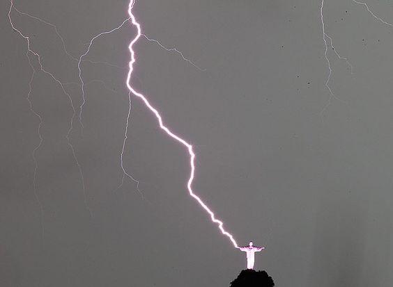 Raio atinge a mão do Cristo Redentor durante o temporal que atingiu o Rio na noite de quinta-feira (16)