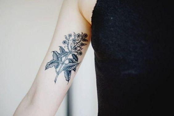 Unterarm-Tattoo-kunstvoll gestaltete Pflanze mit Kleinblüten