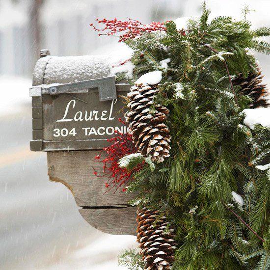 weihnachten außendekoration lange Tannenzapfen und rote Beerenzweige