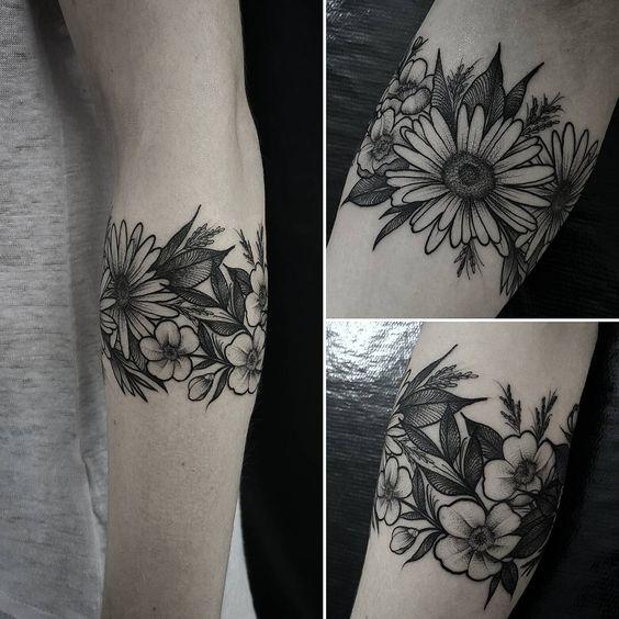 Bracelete de Flores #artwork #art #blackworkers #blackworksubmission #equilattera #inkstinct_tattoo_app #instainspiredtattoos #tattooistartmagazine #instainspiredtattoos #tattoo2me #engraving #dotwork #dotworktattoo #flowertattoo #tattoo #tatuagem