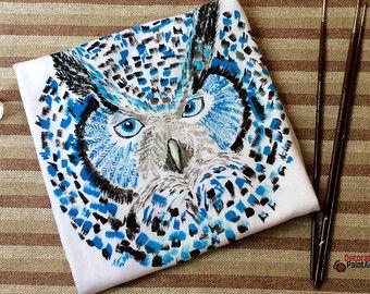 Camiseta con flores pintadas a mano pintado por DecorationPaintArt