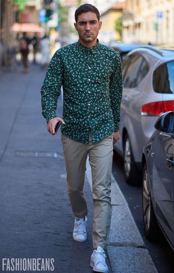 グリーンシャツ×ベージュパンツ×白スニーカー