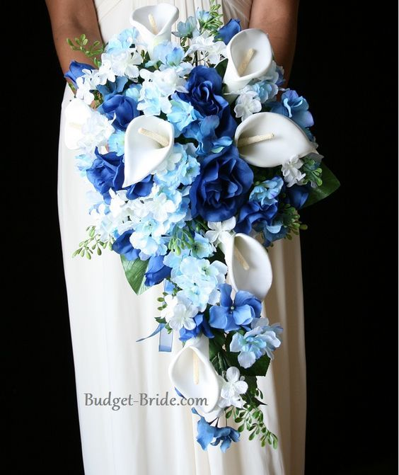 bouquet de fleurs bleu pour le mariage en cascade avec des arômes